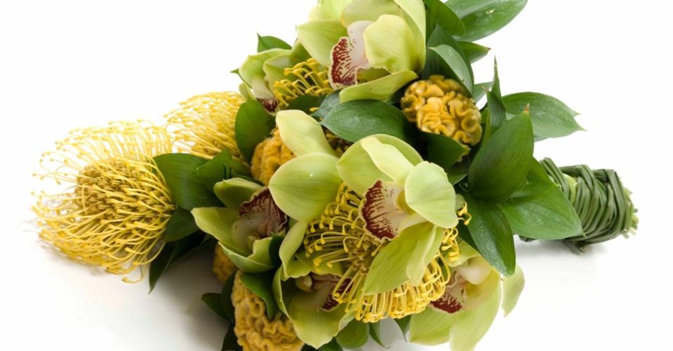 Buquê de orquídea cimbidium, proteia e celósia crista-de-galo, com acabamento em folhas de ruscus e cabo revestido de junco; na Flor & Forma