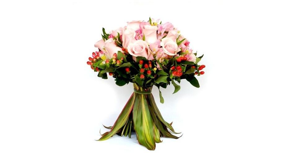 Buquê de rosas importadas, ervilha de cheiro, hipericum, alstroemérias e cabo revestido com folhas de dracena vermelha; na Flor & Forma (www.floreforma.com.br)