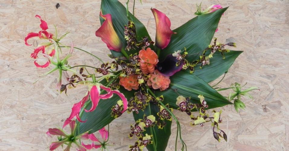 Buquê feito com gloriosas, orquídeas colmanara, calas e cúrcuma; na Escarlate Flores & Design (www.escarlateflores.com), por R$ 300