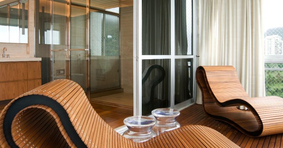Com espreguiçadeiras, a varanda privativa do segundo andar do apartamento dúplex, em São Conrado (RJ), está ligada ao banheiro da suíte do casal. A reforma e decoração de interiores da residência foram projetadas pela arquiteta Izabela Lessa