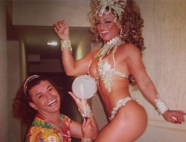 David Brazil brinca com a rainha de bateria Viviane Araújo