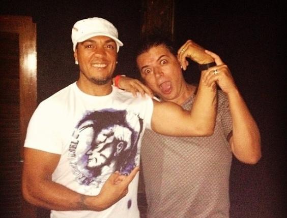 David Brazil em momento descontraído com o cantor Belo