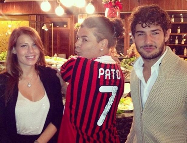 David Brazil faz graça ao lado do jogador Alexandre Pato e de sua então namorada, Barbara Berlusconi
