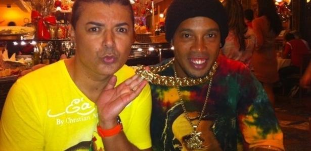 David Brazil faz graça com o cordão de ouro usado pelo jogador Ronaldinho Gaúcho