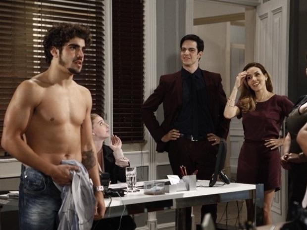 """Em """"Amor à Vida"""", Michel vai trabalhar de vestido e Félix diz que ele tem futuro no strip-tease"""