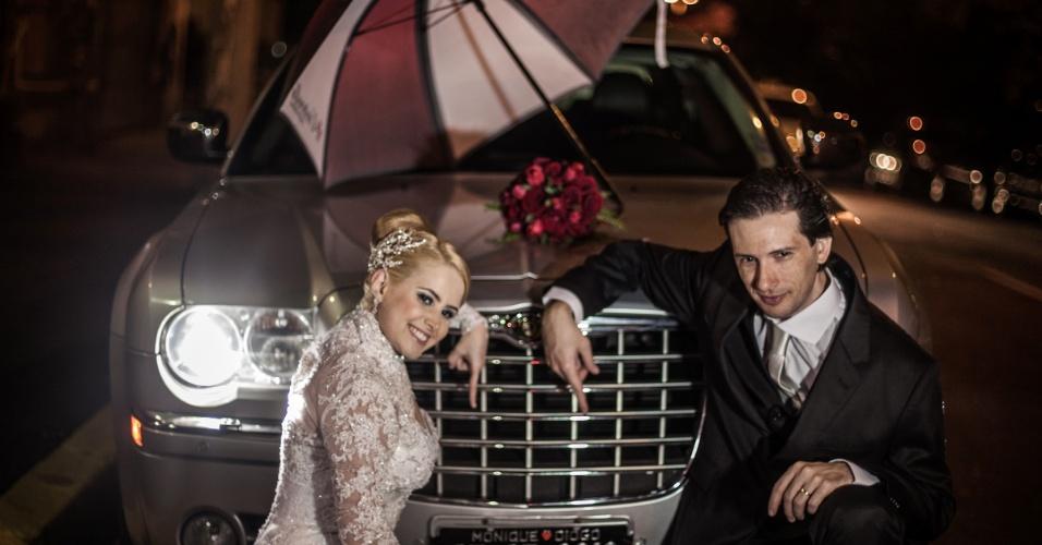 """Mais guarda-chuva da Umbrella: o casal de fãs de """"Resident Evil"""" chegou à festa de casamento com o icônico item"""