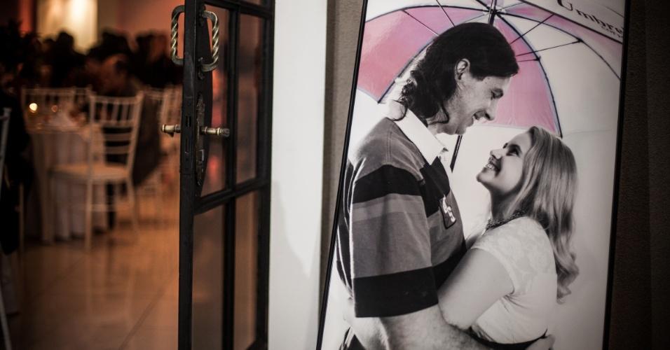 Na foto de recepção da festa, Diogo e Monique também exibem um guarda-chuva temático da Umbrella
