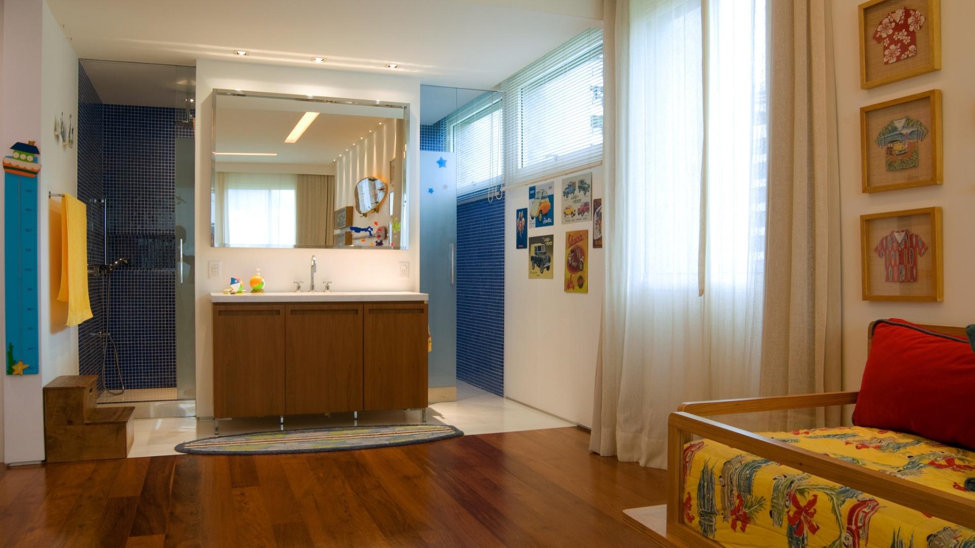 suíte do filho do casal proprietário onde as áreas do banheiro e do  #6B3610 1920x1080 Banheiro Da Suite Do Casal