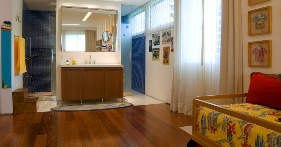 No segundo andar do apartamento dúplex, em São Conrado (RJ), ficam os dormitórios como a suíte do filho do casal proprietário onde as áreas do banheiro e do quarto foram amplamente integradas. O projeto de reforma e interiores da residência é assinado pela arquiteta Izabela Lessa
