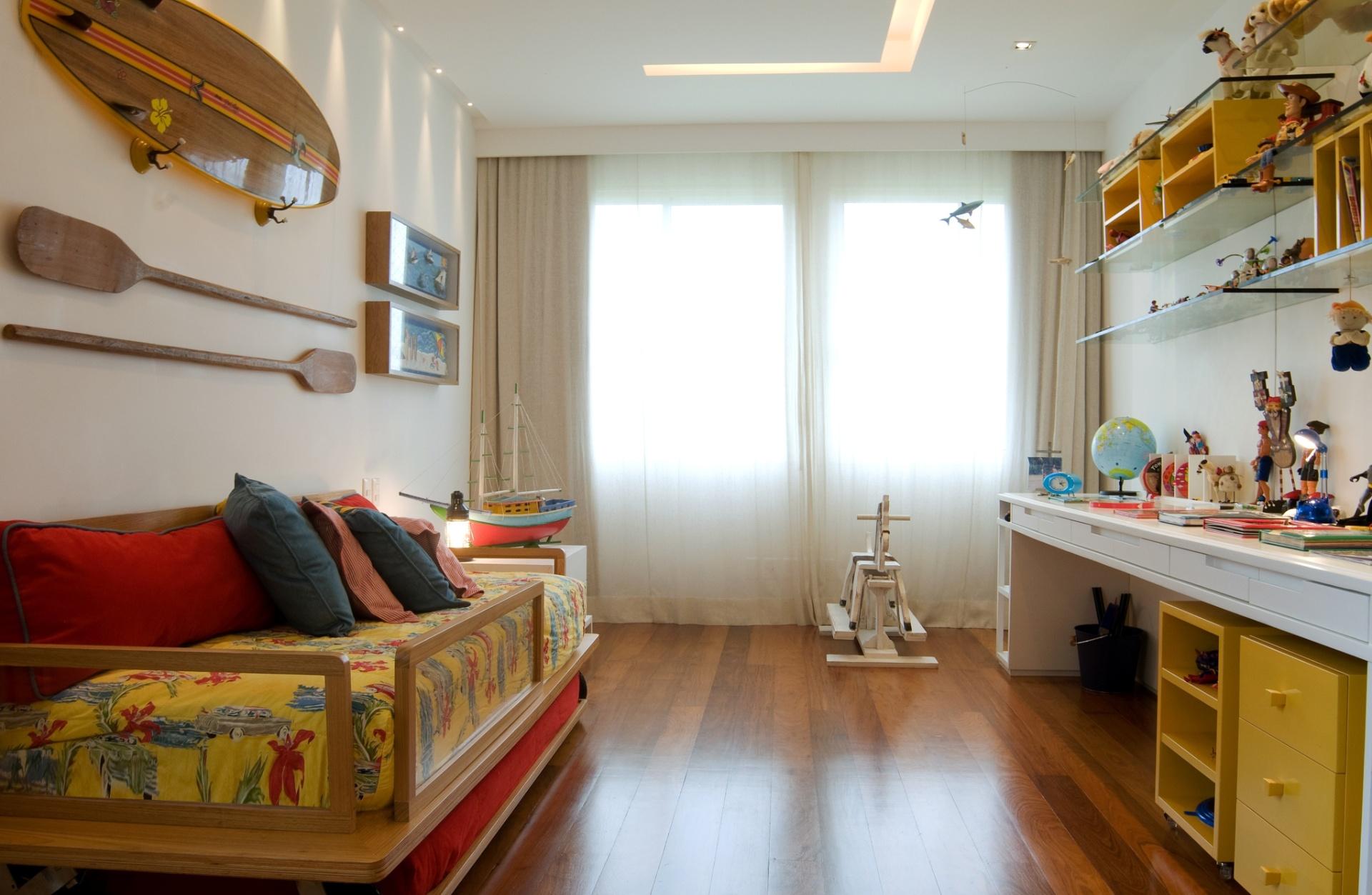 O projeto de reforma e interiores, assinado pela arquiteta Izabela Lessa, interligou dois apartamentos transformando-os em um dúplex, de 600 m², localizado em São Conrado (RJ). No quarto de um dos filhos dos proprietários, a decoração é inspirada no cenário praiano