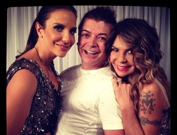 O promoter David Brazil posa abraçado as cantoras Ivete Sangalo e Elba Ramalho