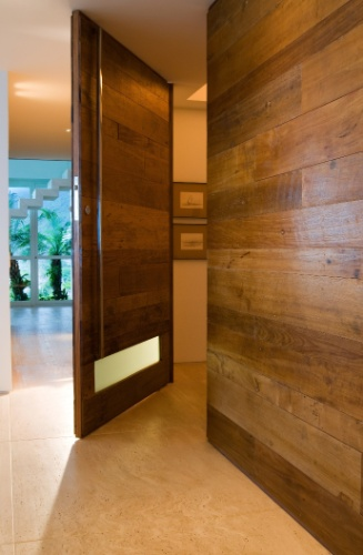 decoracao de interiores sao joao da madeira:dúplex, de 600 m², tem varandas e sala de leitura de frente para