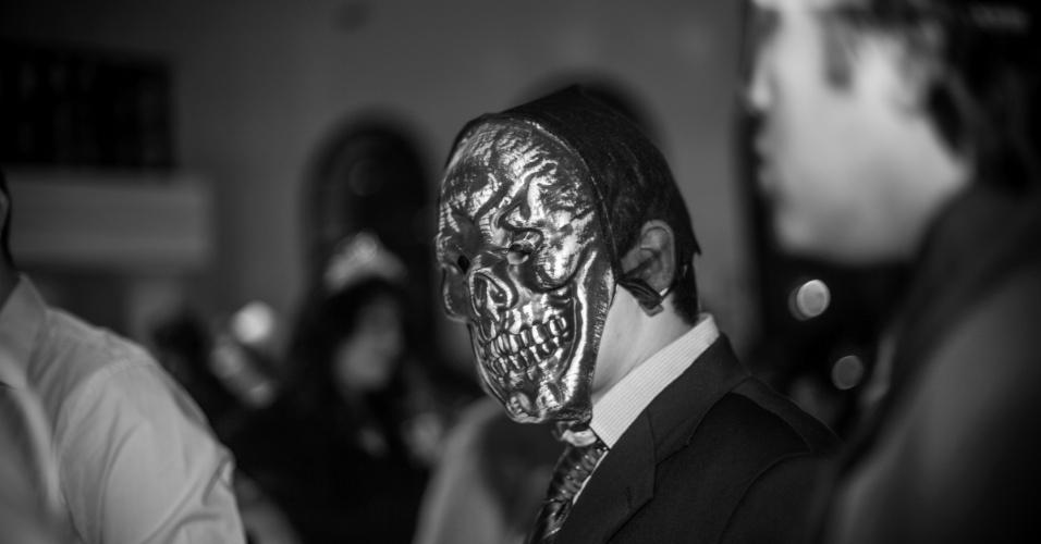 """Parece um zumbi, mas é só um dos convidados festa honrando a série """"Resident Evil"""" com uma exótica máscara de caveira"""
