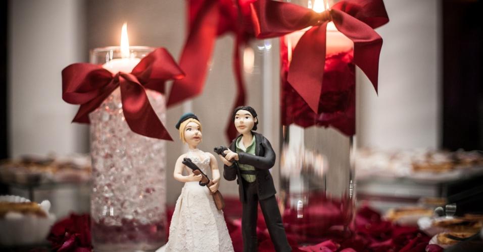 Um outro par de bonequinhos decorativos veste Monique e Diogo com trajes de Jill Valentine e Chris Redfield