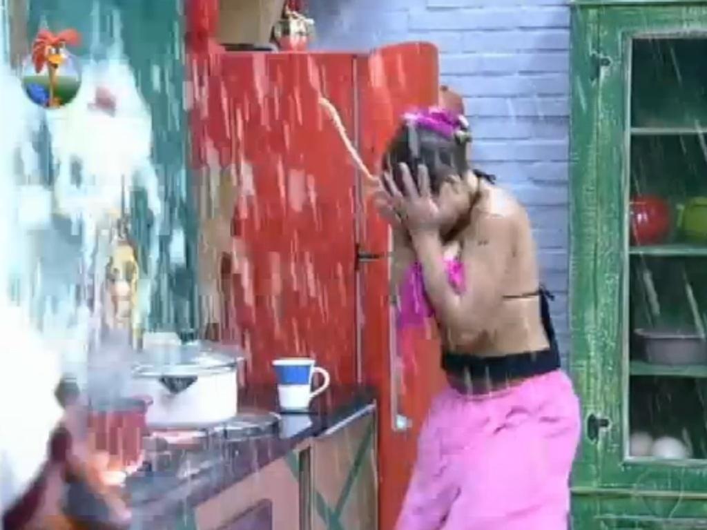 18.jul.2013 - Panela explode e dá um grande susto em Andressa Urach