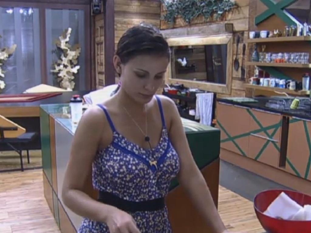 19.jul.2013 - Andressa Urach prepara jantar na cozinha da sede