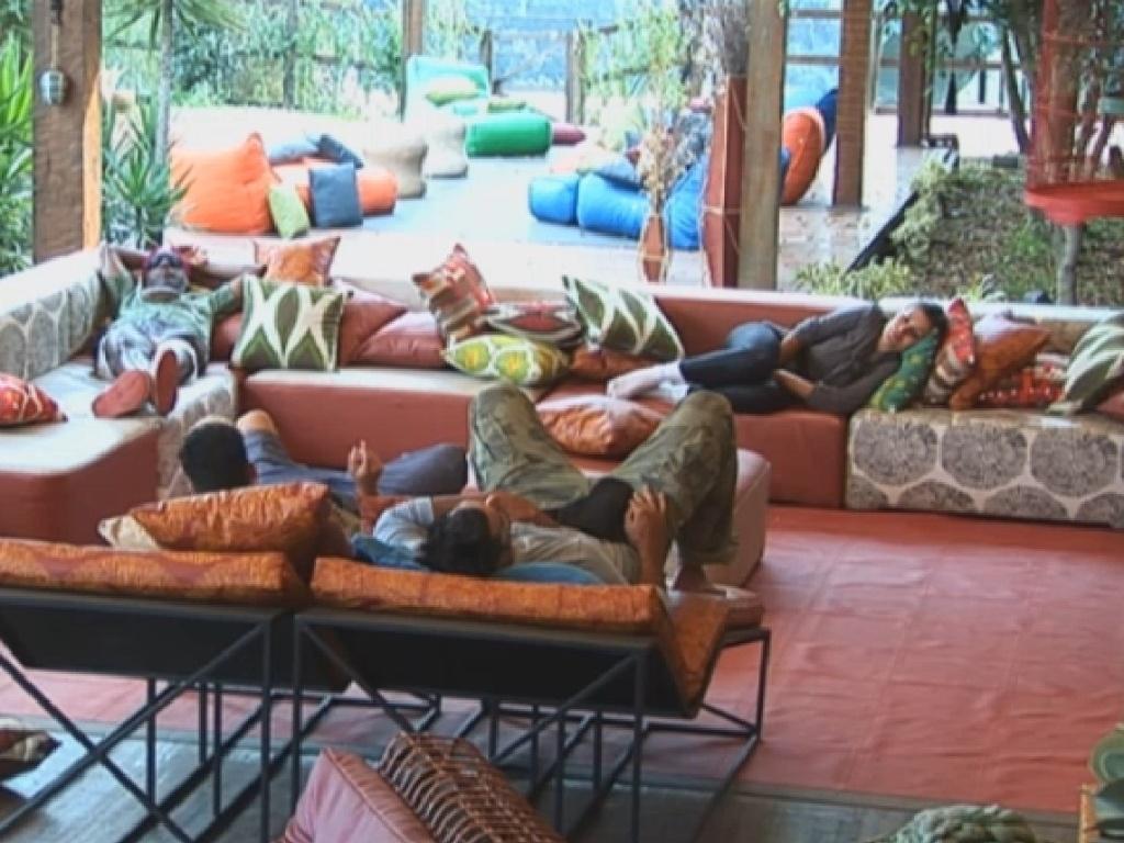 19.jul.2013 - Enquanto isso, na sede, Andressa, Beto, Yudi e Rita aproveitam a manhã para cochilar