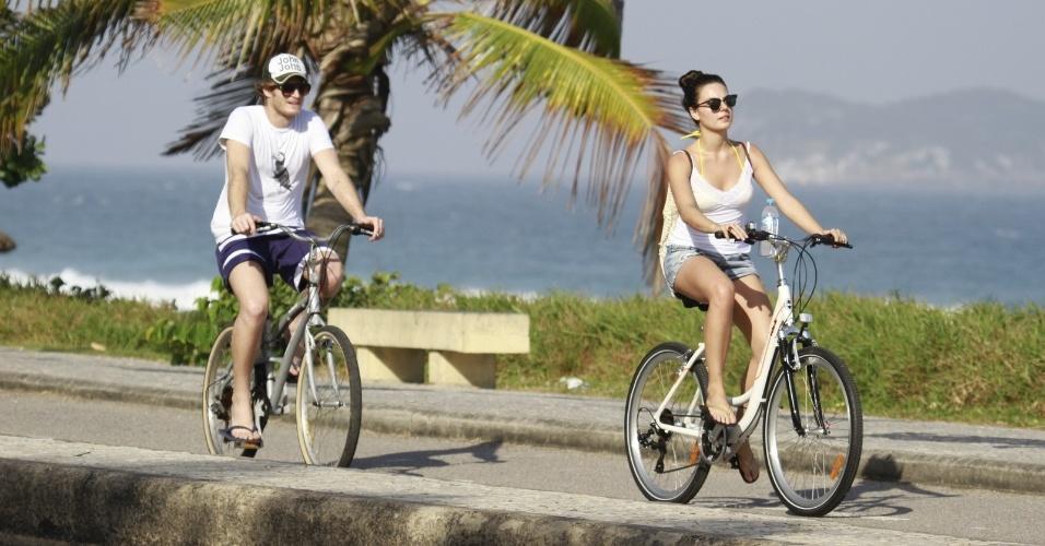 19.jul.2013 - Isis Valverde aproveitou a sexta-feira para passear de bicicleta acompanhada do namorado, o músico Tom Rezende