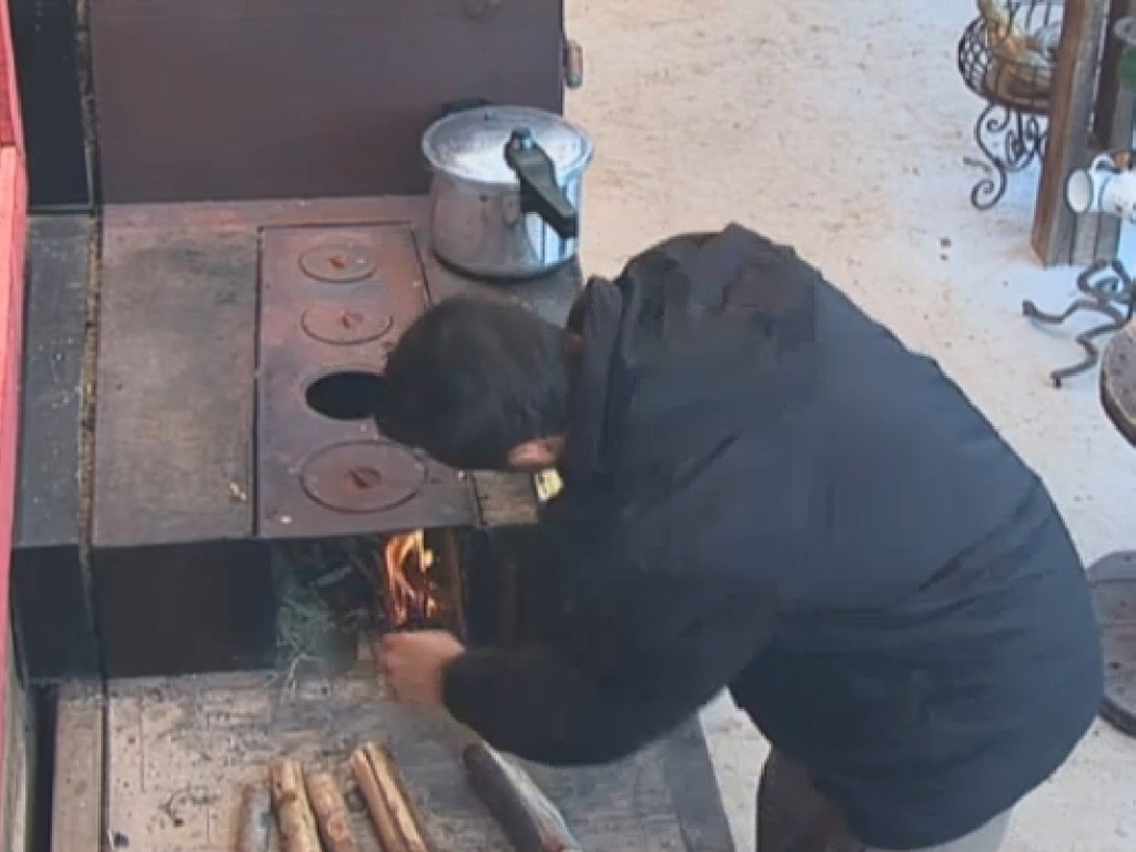 19.jul.2013 - Marcos Oliver acende fogão a lenha do celeiro