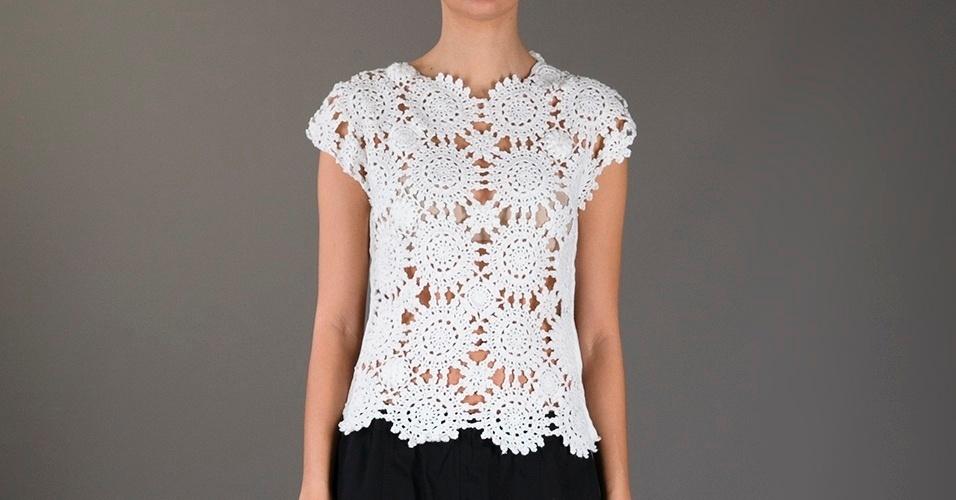 Blusa de crochê branca; R$ 1.064, da Comme des Garçons, na Farfetch