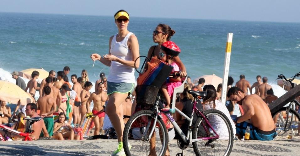 20.07.2013 - Luna Piovani caminha pela orla do Leblon