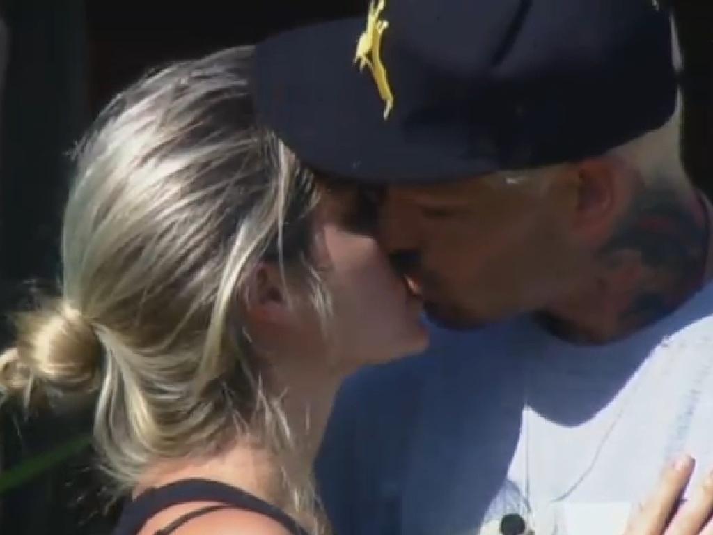 20.jul.2013 - Bárbara e Mateus se beijam na manhã deste sábado