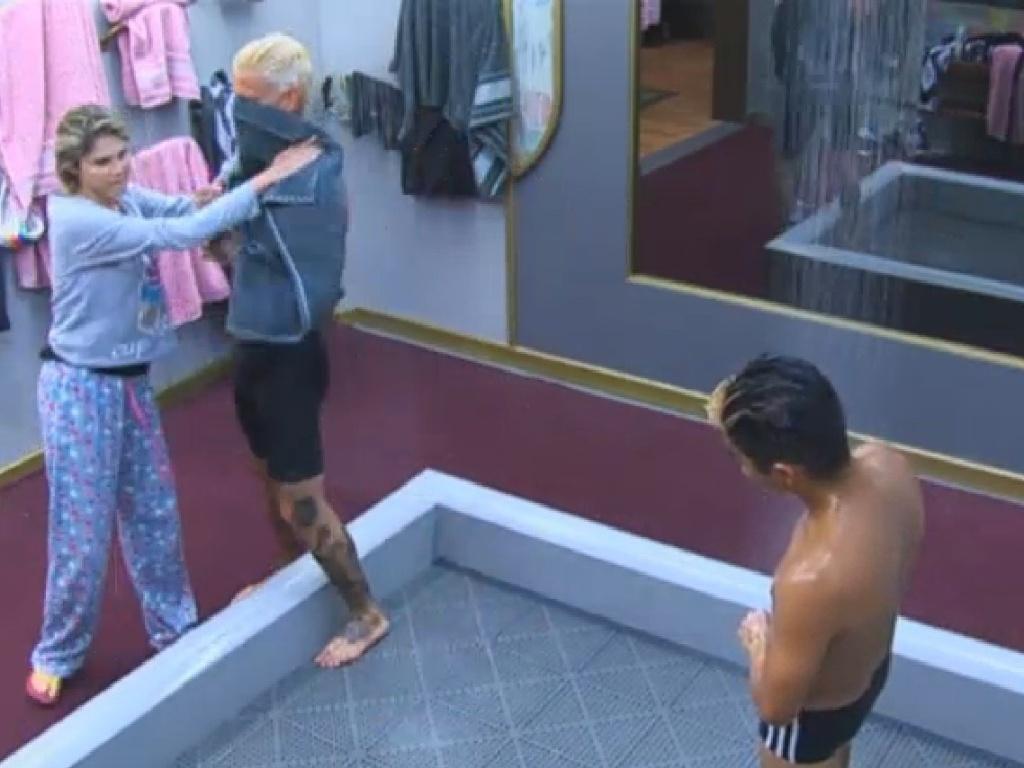 20.jul.2013 - Bárbara vai levar toalha para Mateus após o banho