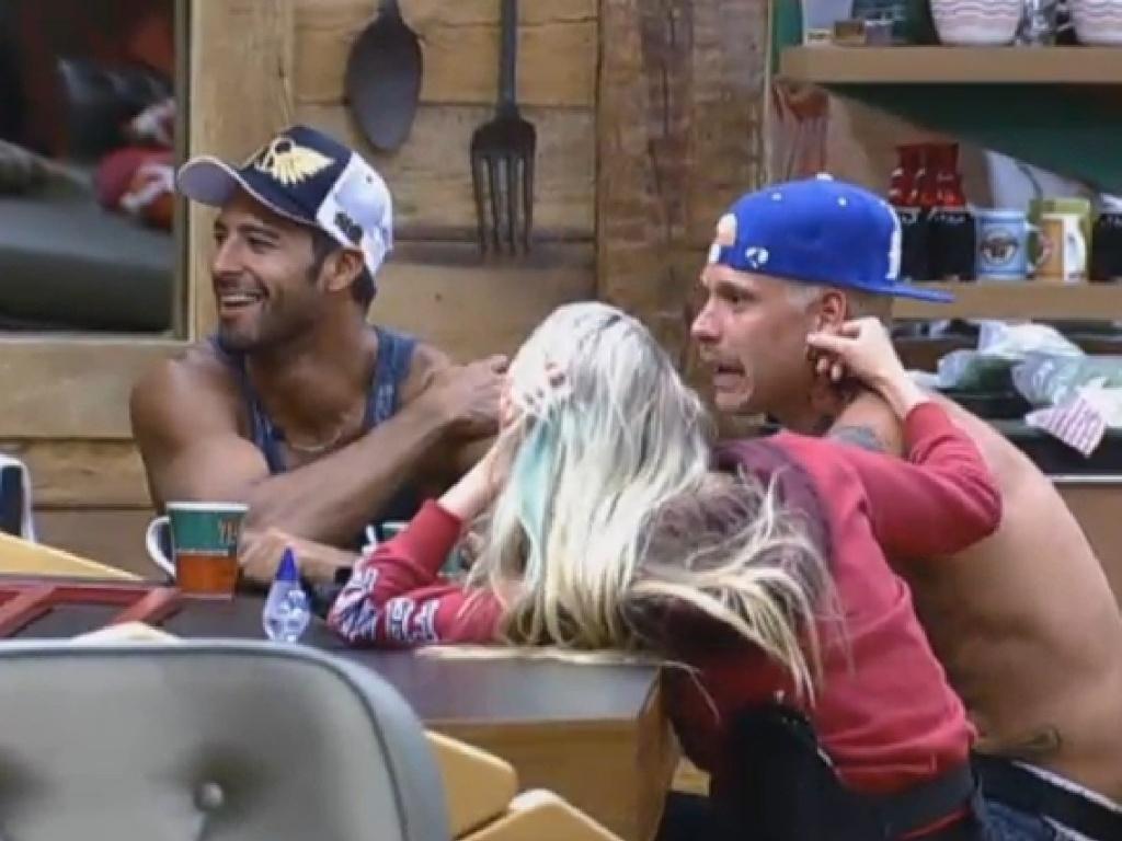 20.jul.2013 - Beto diz a Mateus e Bárbara que quer casar com Aryane