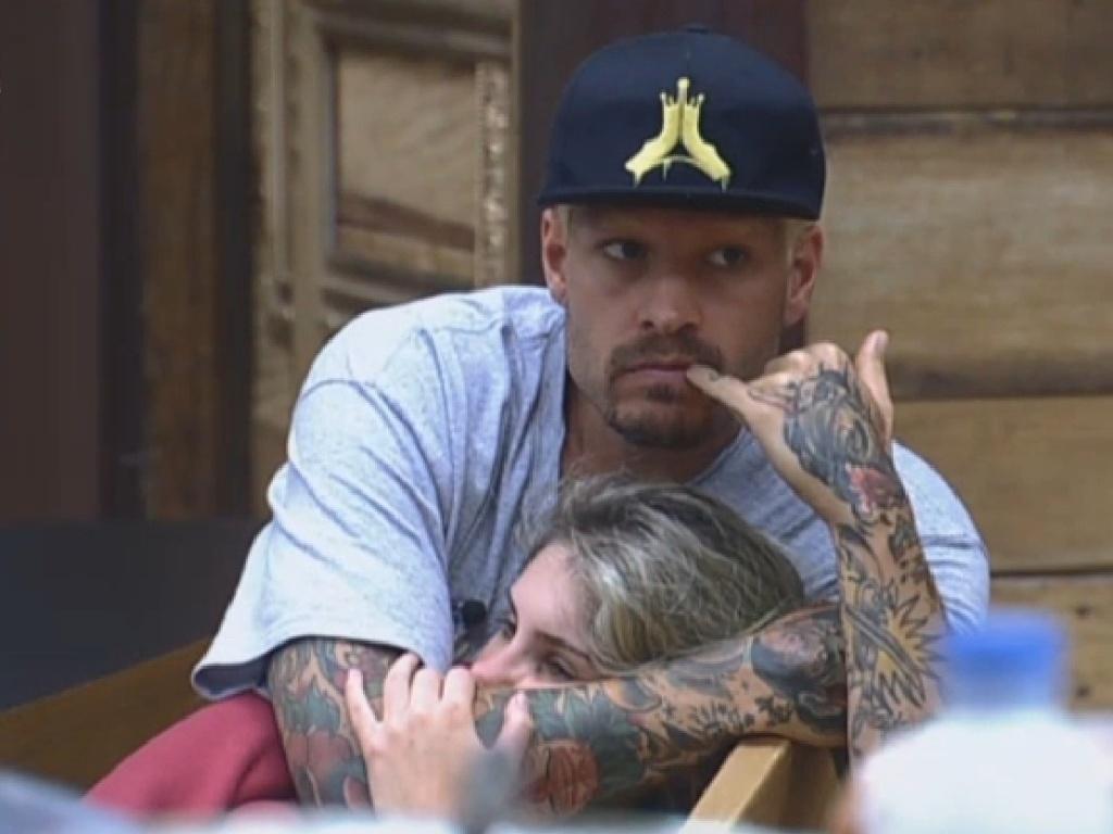 20.jul.2013 - Mateus e Bárbara trocam carinhos na manhã deste sábado