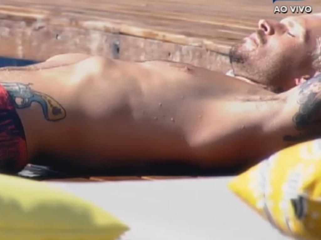 20.jul.2013 - Mateus Verdelho aproveita a tarde de sol na piscina