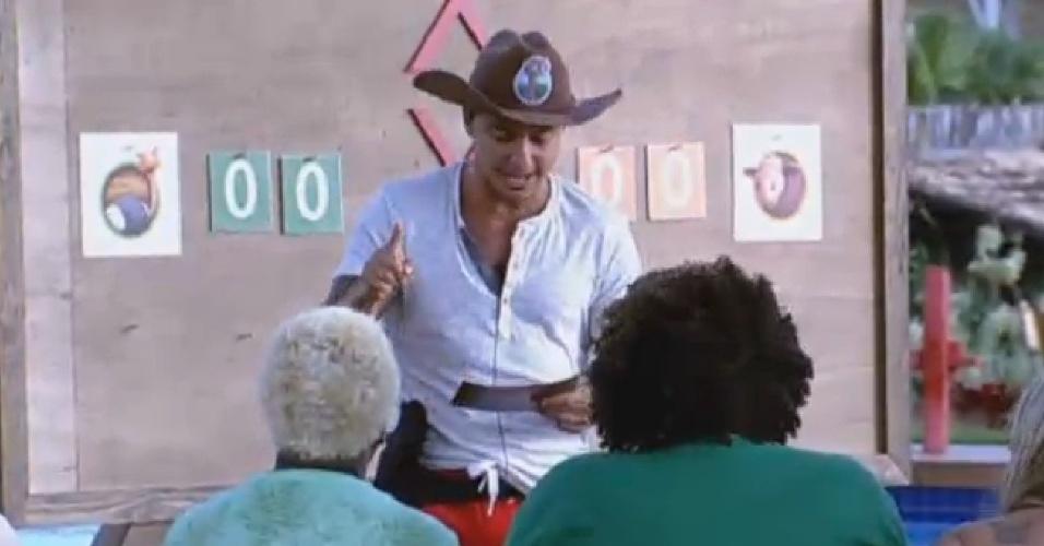 20.jul.2013 - Paulo Nunes lê ficha de atividade em que peões tiveram que fazer mímica