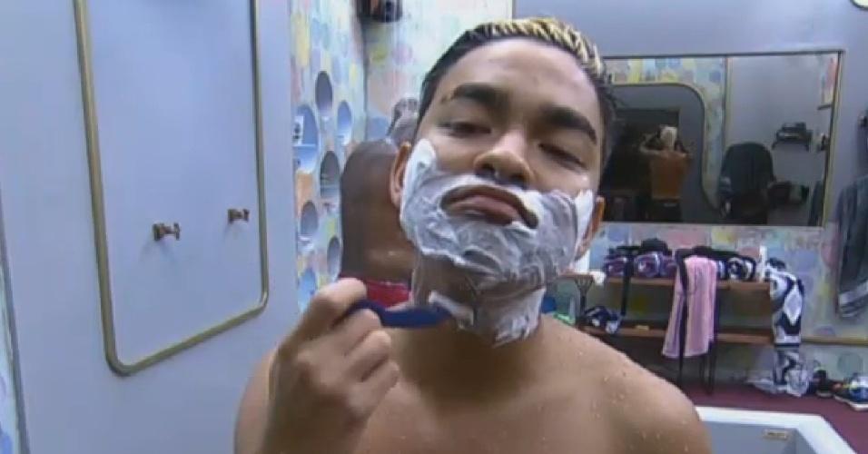 20.jul.2013 - Yudi Tamashiro faz a barba para participar de programa ao vivo