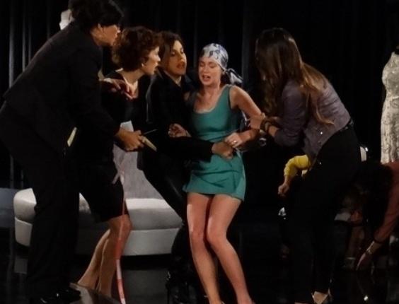 """Em """"Amor À Vida"""", Nicole passa mal ao tirar medidas para o vestido de noiva"""