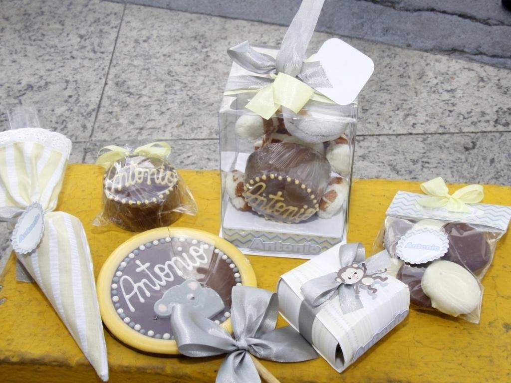 21.jul.2013 - Detalhe para as lembrancinhas distribuídas por Juliana Paes aos amigos e familiares que a visitam na maternidade na zona oeste do Rio