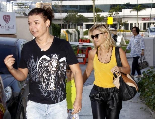 21.jul.2013 - O promoter David Brazil e a atriz Carolina Dieckmann chegam à maternidade, na zona oeste do Rio, para visitar Juliana Paes
