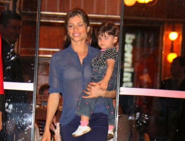 21.jul.2013 - A atriz Grazi Massafera vai com a filha Sofia a restaurante na Barra, zona oeste do Rio. A menina, de um ano, é fruto da relação de Grazi com o ator Cauã Reymond