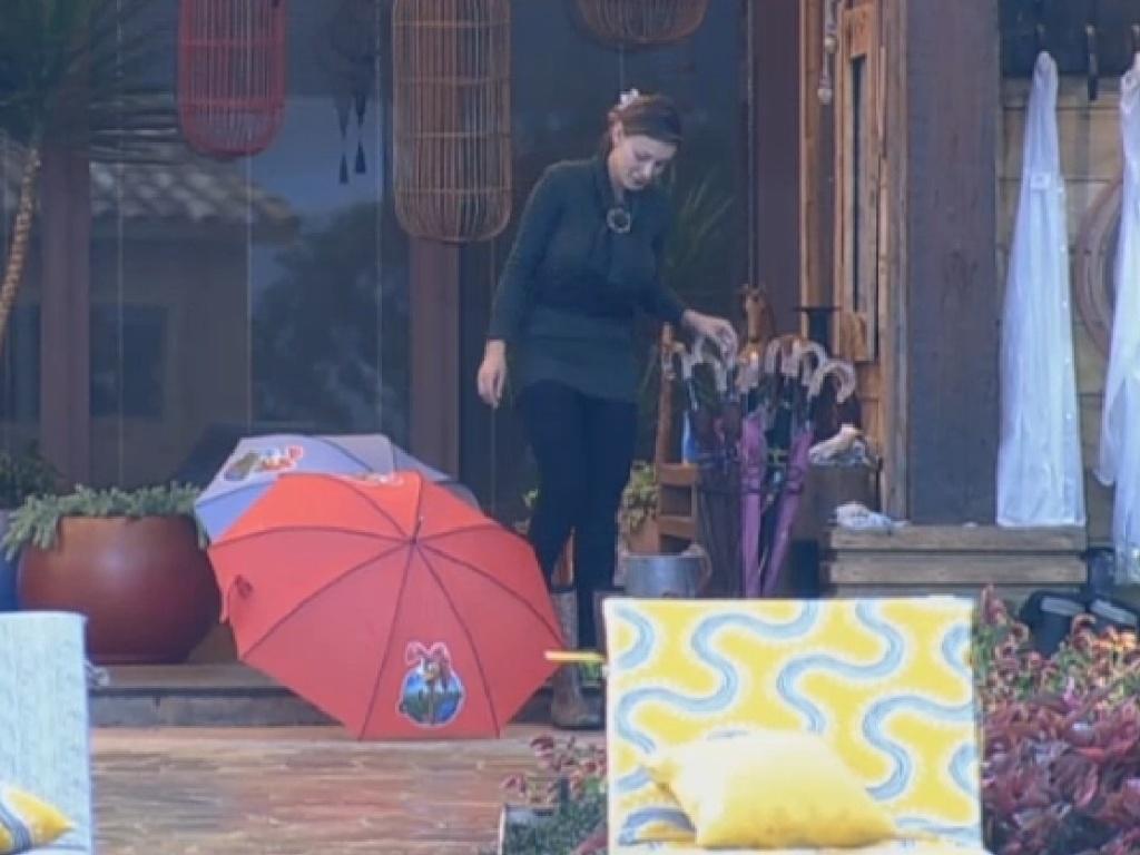 21.jul.2013 - Andressa esquece botas na chuva e as vestem molhadas para fazer as atividades