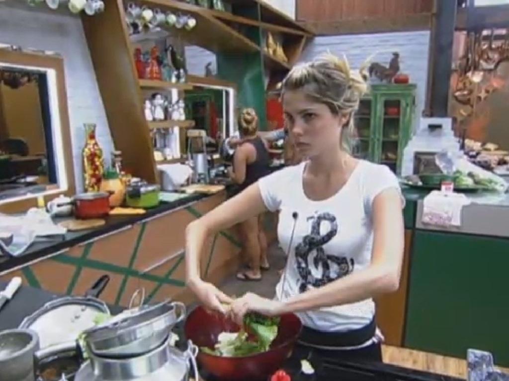 21.jul.2013 - Bárbara prepara salada enquanto Yani e Andressa cozinham na sede