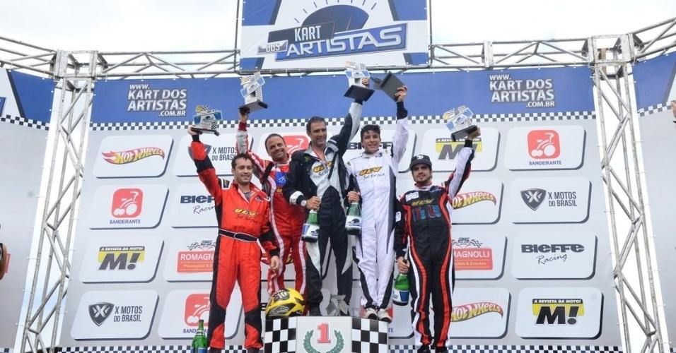 21.jul.2013 - caio castro e outros famosos participam de corrida de kart