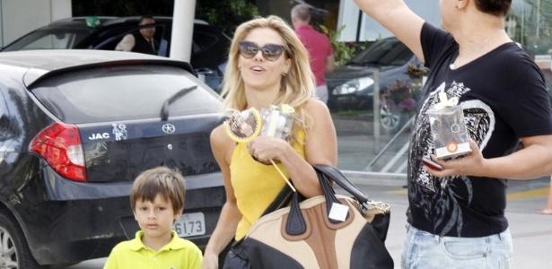 21.jul.2013 - Carolina Dieckmann e o filho José deixam a materninade, na zona oeste do Rio, após visitar Juliana Paes