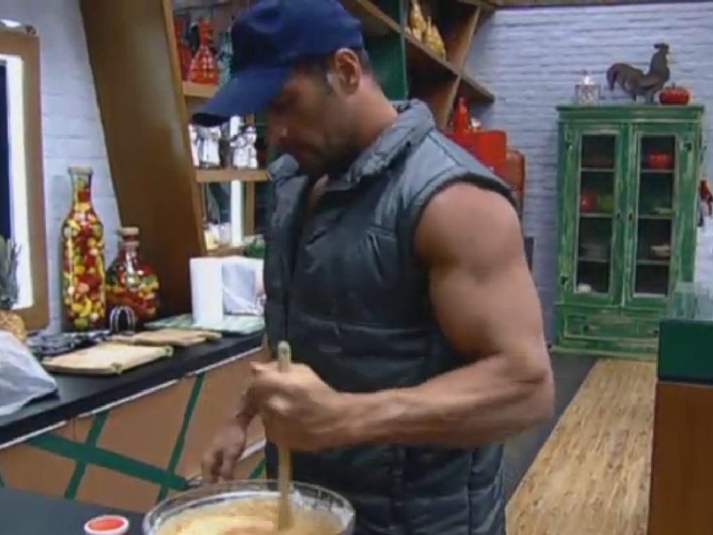 21.jul.2013 - Marcos Oliver faz bolo de cenoura com cobertura de chocolate
