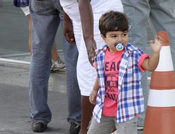 21.jul.2013 - O pequeno Pedro, primogênito de Juliana Paes, acena para os paparazzi ao deixar a maternidade com a babá
