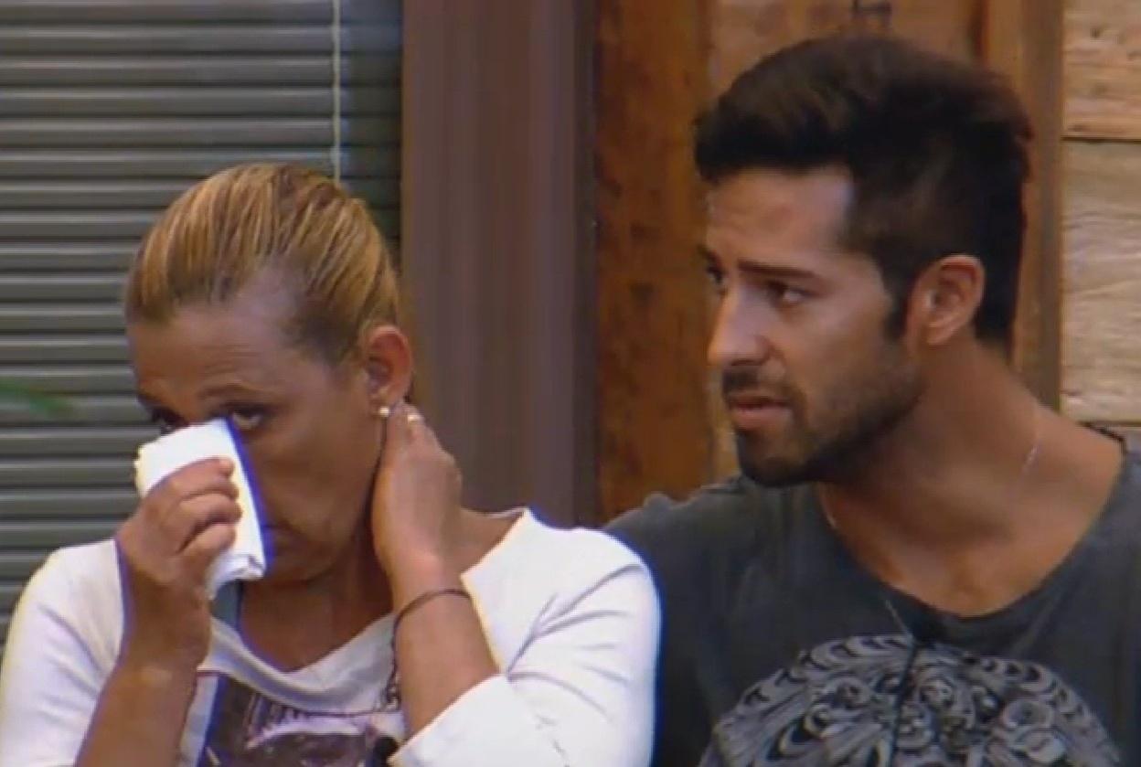 21.jul.2013 - Rita Cadillac chora ao conversar com Beto Malfacini sobre suas decepções no reality