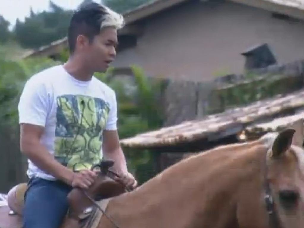 21.jul.2013 - Yudi enfrenta medo e monta a cavalo