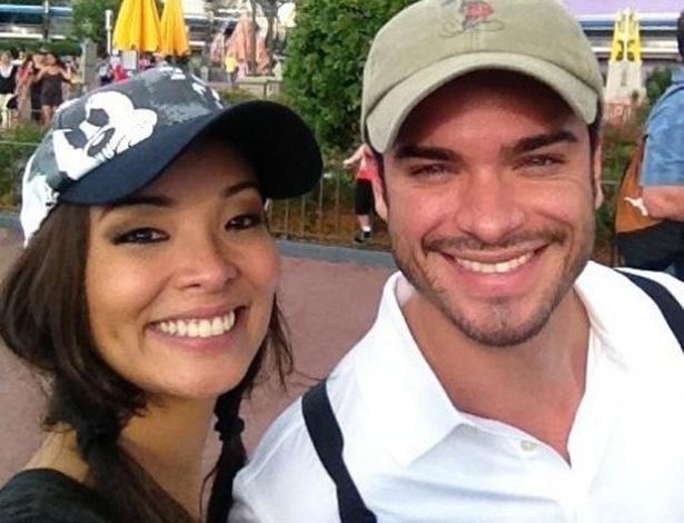 Carol Nakamura e Sidney Sampaio durante viagem para a Disney