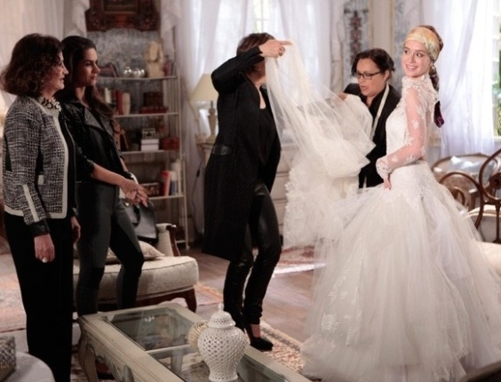 "Nicole (Marina Rui Barbosa) experimenta o vestido de noiva em ""Amor à Vida"""