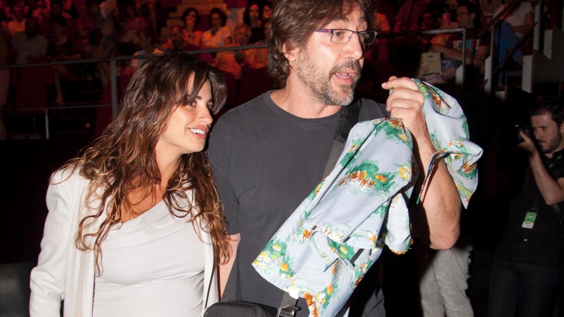 20.jul.2013 - Grávida, Penélope Cruz prestigiou a apresentação do marido, o ator Javier Bardem, em um festival de música em Madrid, Espanha. O casal já é pai de Leo, de dois anos