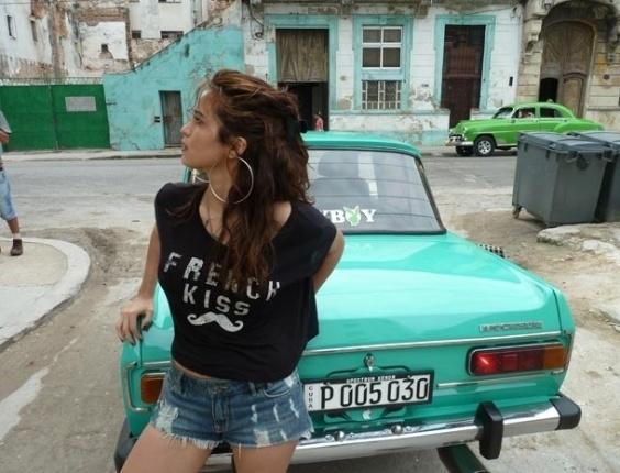 """22.jul.2013 - A revista """"Playboy"""" divulgou a primeira imagem dos bastidores do ensaio feito pela atriz Nanda Costa para a edição de agosto da revista. No registro, Nanda aparece encostada em um carro. As fotos foram feitas em Cuba pelo fotógrafo Bob Wolfenson"""