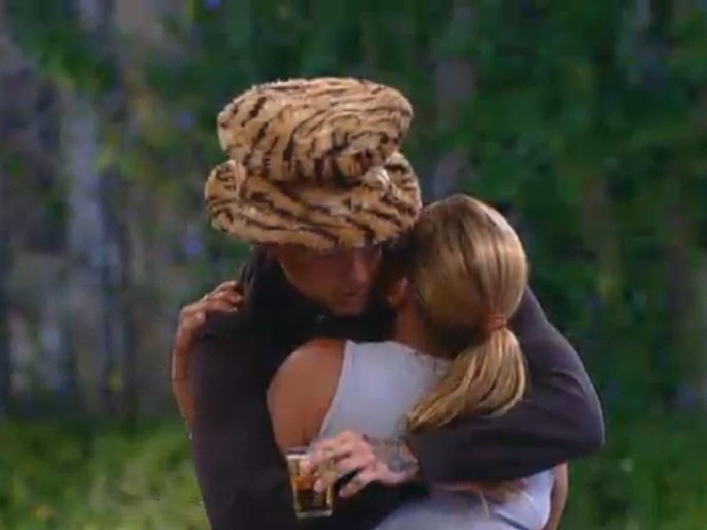 22.jul.2013 - Ainda magoada com Mateus, Rita o abraça durante show do Jeito Moleque