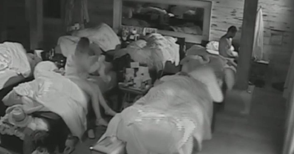 22.jul.2013 - Andressa se levanta em seguida, e se prepara para cuidar das lhamas